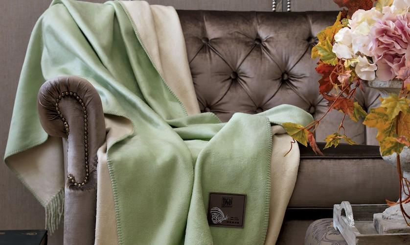 Plaid en soie et coton sur canapé